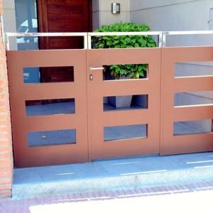 Contraporta d'accés exterior de ferro